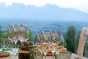 Asztal a Mirador étterem teraszán, háttérben a Montserrattal