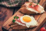 Érlelt, frissen szelt sonka, frissen sült kenyér, házi tojás, zamatos, kistermelői paradicsom ? hibátlan reggeli