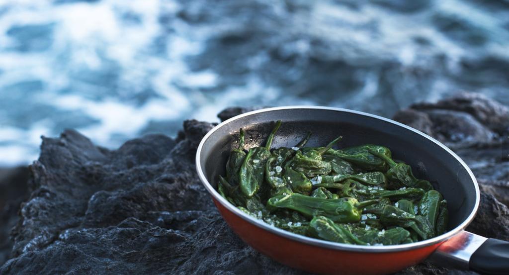 Pimientos del padrón ? az olívaolajban, vasserpenyőben sütött, tengeri sóval megszórt zöld paprika egyszerű, mégis fantasztikus