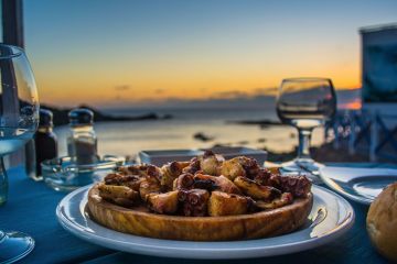 Serpenyőben sütött vaskos polip karjának darabjai vele sült burgonyával, azaz a pulpo gallego, a galíciai polip