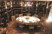 A Michelin Guide ajánlású Cal Xim étterem különterme impozáns borválasztékkal